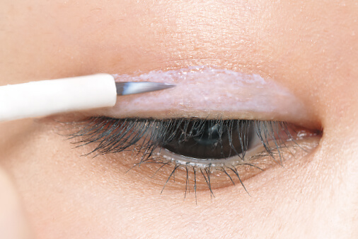 目尻側がたるんでいる場合は、目尻に向かって幅広く塗ります。